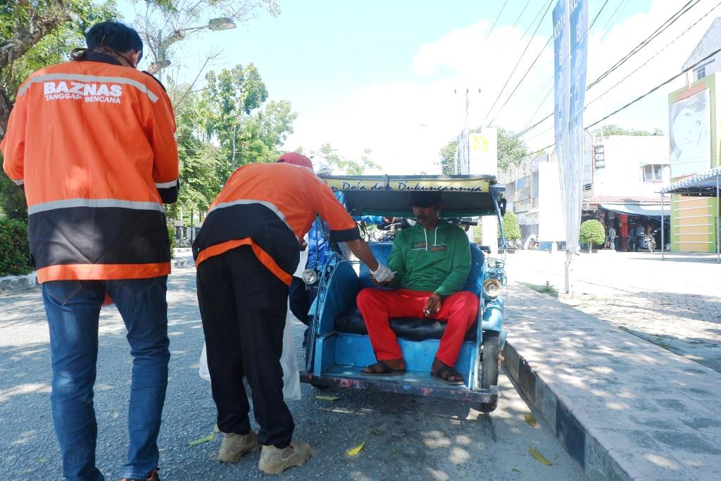 Relawan BAZNAS Tanggap Bencana Sebarkan Masker dan Hand Sanitizer kepada Pekerja Rentan
