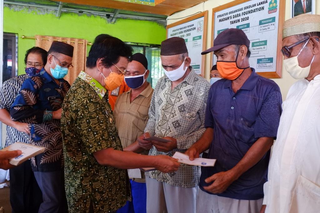 Launching Sekolah Lansia Madams Dara, BAZNAS Berikan Santunan Untuk Mustahik Lansia Dhuafa